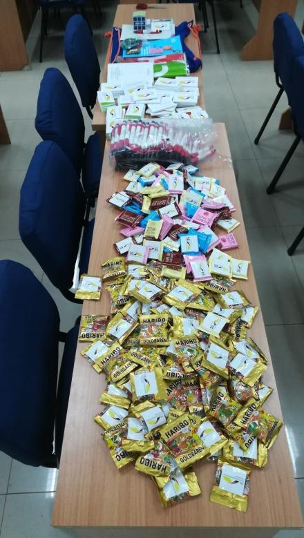 26-NDO - mit ZfA-Aufklebern versehene Schokolade und Gummibärchen (FILEminimizer)