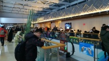 Die spinnen, die Chinesen. Wir wollten in der berühmtesten aller Hot-Pot-Restaurantketten essen gehen, doch dann sagte man uns (um 18 Uhr), wir müssten 5 Stunden warten. Die Chinesen im Bild taten genau das!