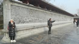 Ein Abbild in Stein des berühmten Gemäldes von Kaifeng, das jetzt in Peking nur ein paar Mal pro Jahr der Öffentlichkeit gezeigt wird-Titel sinngemäß: Qingming-Fest am Fluss (oder so ähnlich). Das Original ist wohl ca. 1000 Jahre alt und jeder Chinese hat davon gehört.