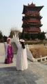 Kindliche Gemüter mit geliehenen Gewändern im Themenpark: chinesischer geht's nicht mehr.