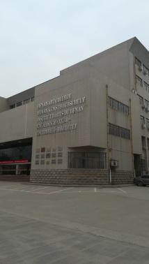 Das erste Mal, dass ich so etwas in China sehe: Gebäudebeschriftungen einer chinesischen Hochschule