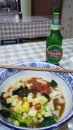 Am Abend meiner Rückkehr: meine Lieblingskombination - Biang Biang Mian Nudeln und ein Tsingtao.