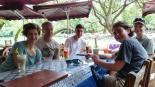 Erfrischungen während der Roller-Tour direkt am Fluss (Ylong He).